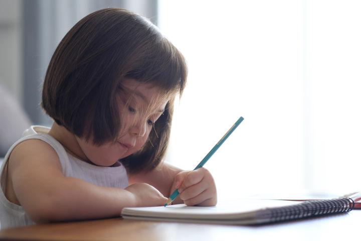 絵を書く女の子