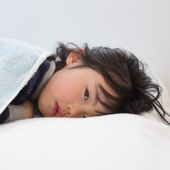【小児科医監修】プール熱は何日で治る?初期症状や出席停止日数などについて
