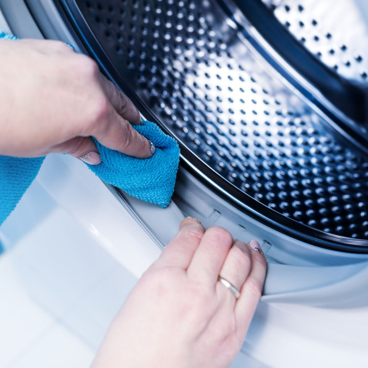 意外と汚れる洗濯機の掃除方法と手順。お手軽な洗浄コースのやり方や分解掃除の仕方