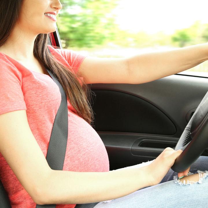 【体験談】妊娠中の運転。運転する場合に気をつけることや、シートベルトの着け方など