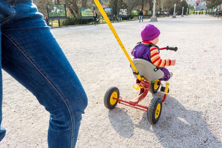 三輪車の乗る赤ちゃん