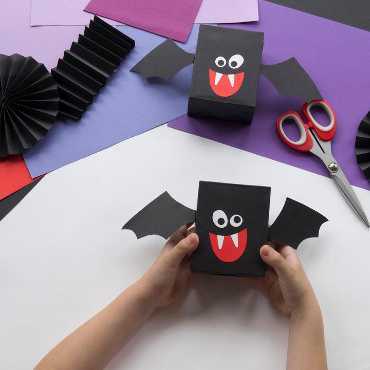 ハロウィンのホームパーティーの飾りつけ。折り紙を使って簡単に手作りする方法