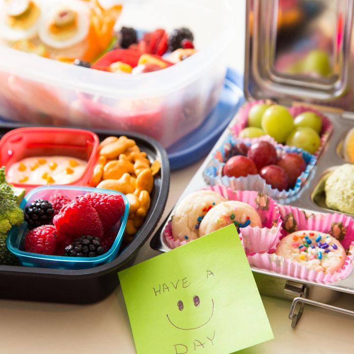 幼稚園の親子遠足。お弁当作りのポイントやおやつ、レジャーシートなど持ち物の選び方