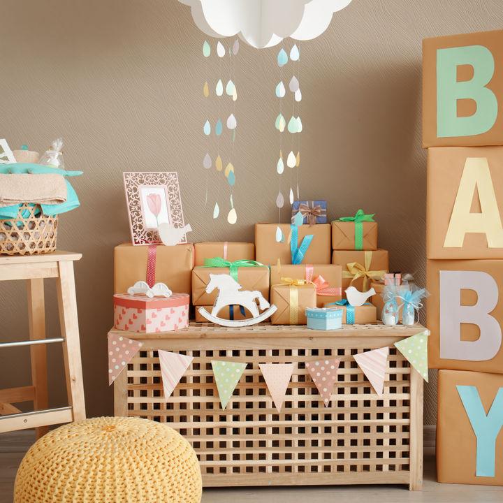 【女の子向け】出産祝いの贈り物で喜ばれるギフト。おしゃれなネーム入りグッズやお菓子など