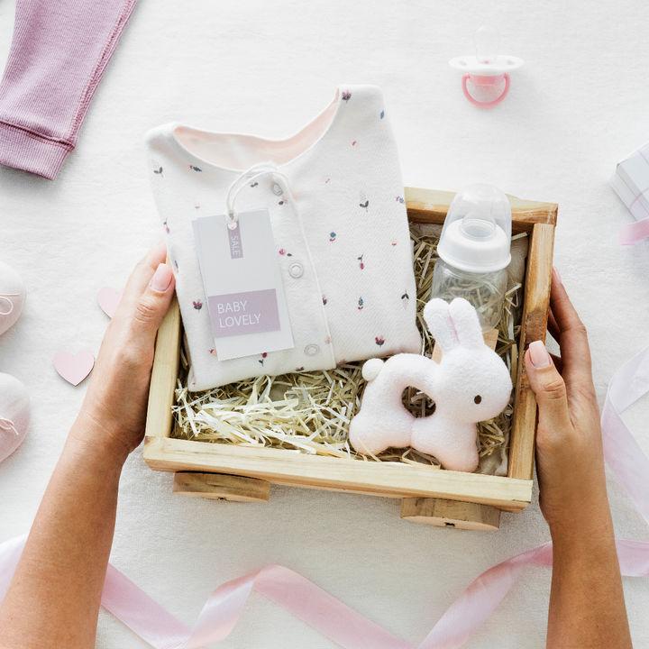 職場の同僚に渡す出産祝いのプレゼント。メッセージの書き方や有志一同での渡し方