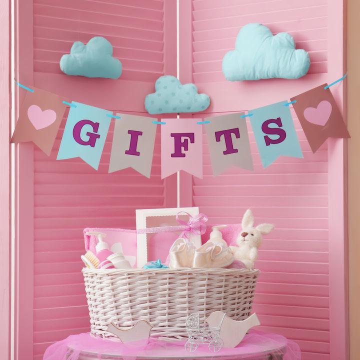 3人目の出産祝い。友だちや兄弟への金額相場、女の子へのプレゼントなど