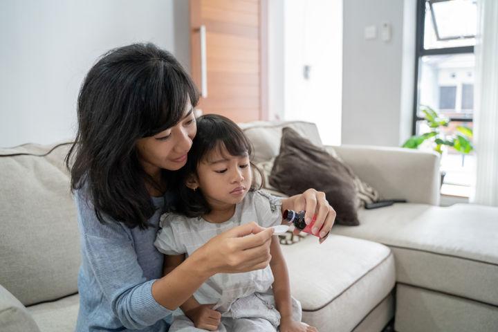 服薬をするママと子ども