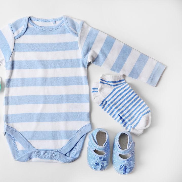 男の子のおしゃれなベビー服の種類。新生児期など、時期別のベビー服の選び方