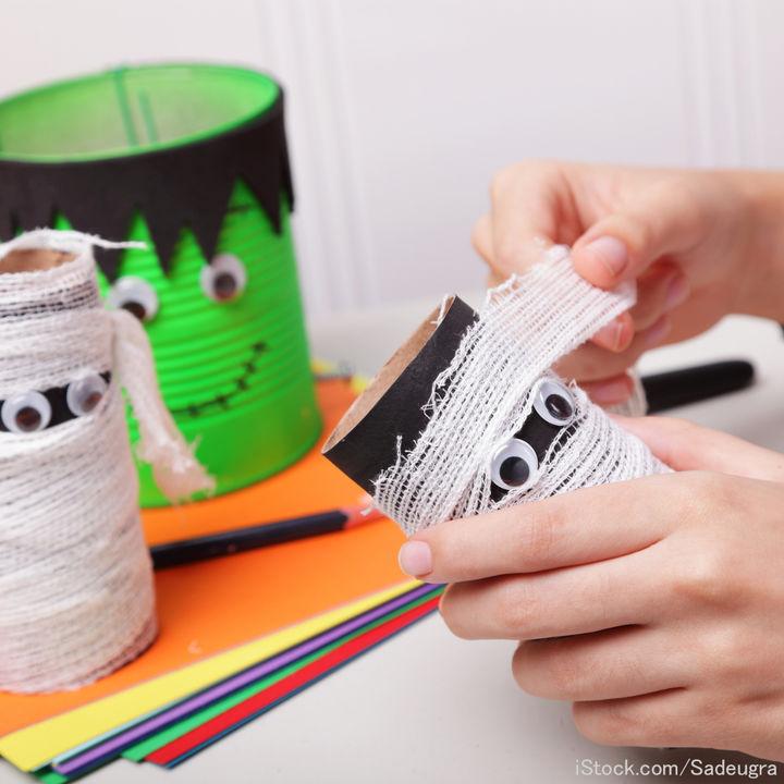 ハロウィンに幼児と楽しむ簡単工作。紙コップを使って作るバッグや帽子、遊び道具