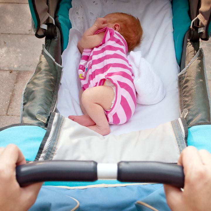 新生児の散歩はいつからできる?夏や冬など季節ごとの服装や持ち物、注意点