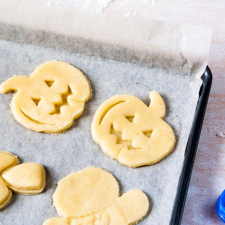 型抜きを使ってハロウィンの手作りクッキー。100均の素材を使ってのり、野菜アレンジなど