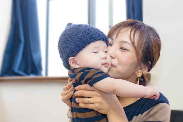 子供を抱きかかえるママ