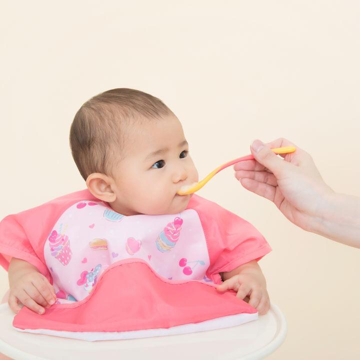 生後6ヶ月からの離乳食の進め方。量などの目安や進まないときの工夫と離乳食レシピ