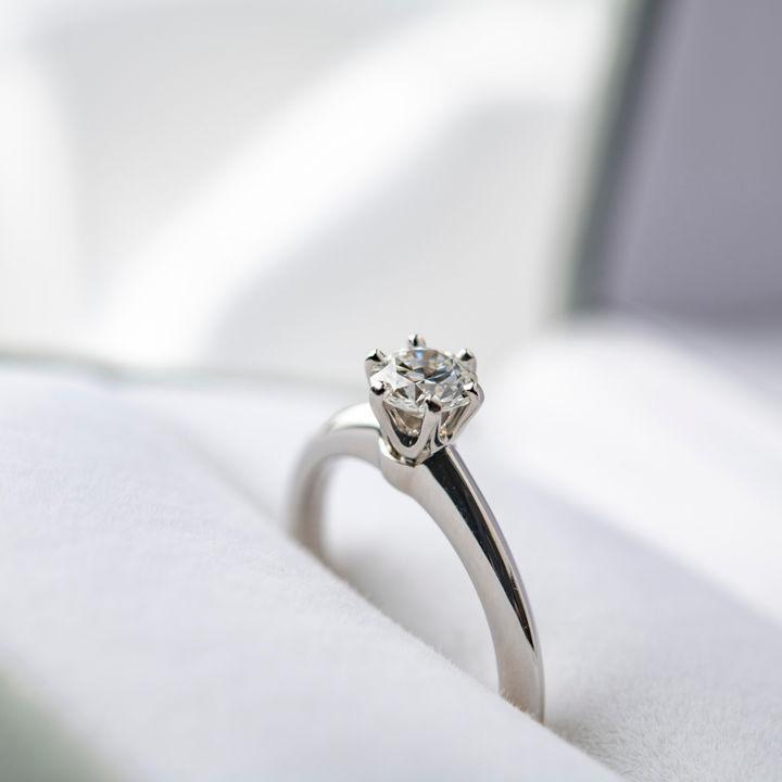 5年目の結婚記念日に夫や妻へ贈るプレゼント。指輪に刻みたい愛を伝える英語とは