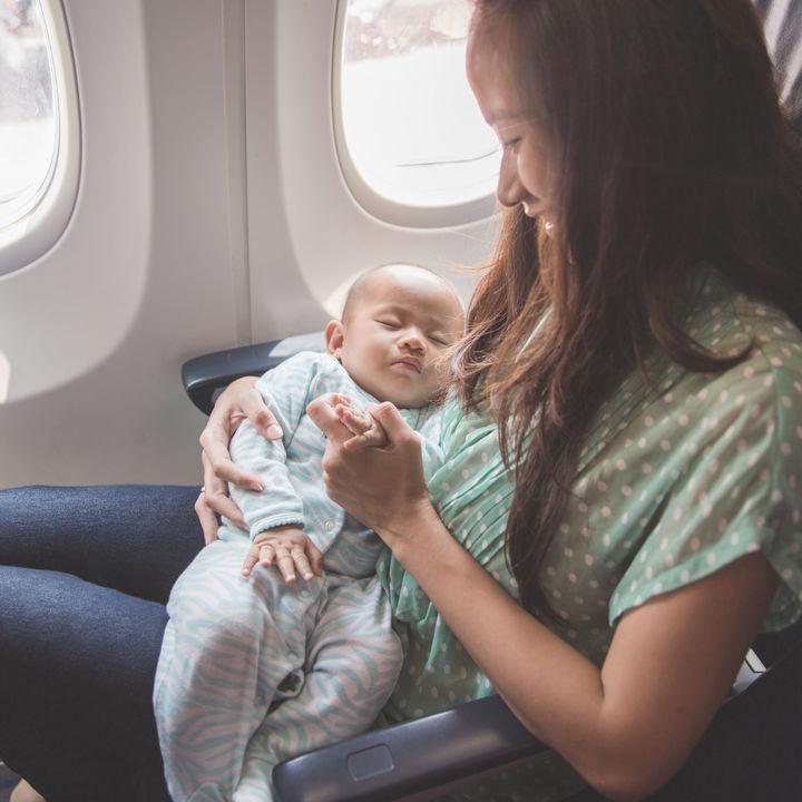 生後3ヶ月の赤ちゃんと飛行機に乗るとき。海外旅行や帰省など飛行機を使うときのポイント