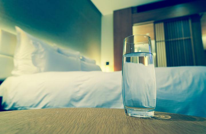 ベッドサイドの水