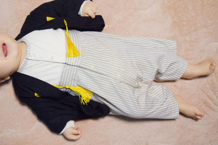 袴風ロンパースを着た赤ちゃん