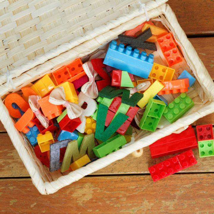 棚やかご、ボックスを使ったおもちゃのお片付け。子ども目線のアイデアやコツ