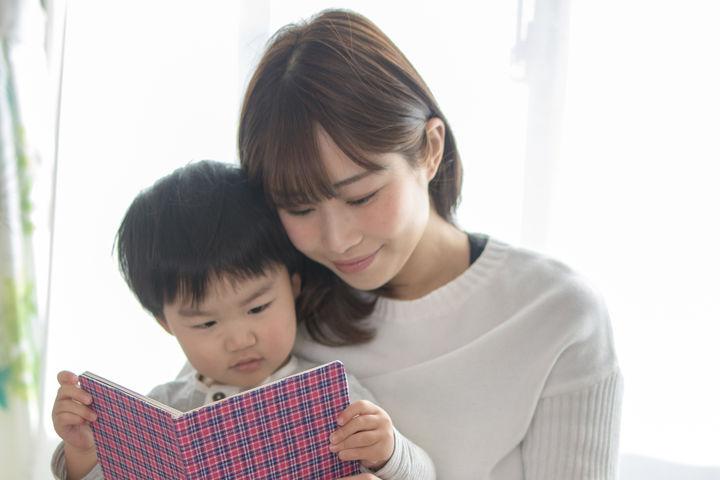 ママと一緒に本を読む子ども