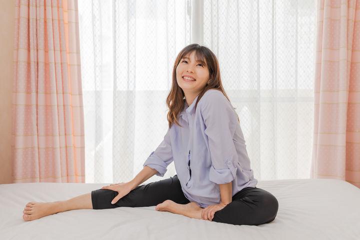 ベッドに座る妊婦