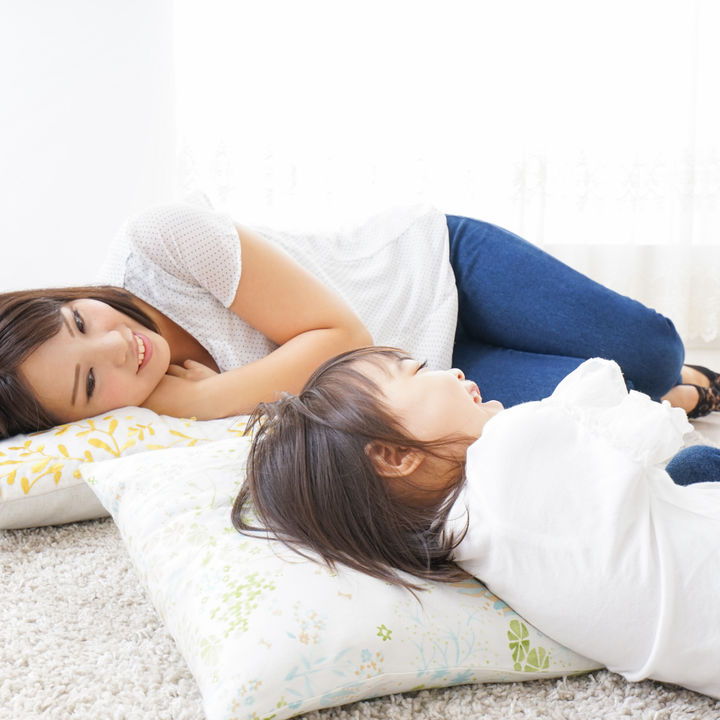 子どもの寝かしつけにお話をしよう。ママたちに聞いたお話の内容やコツ