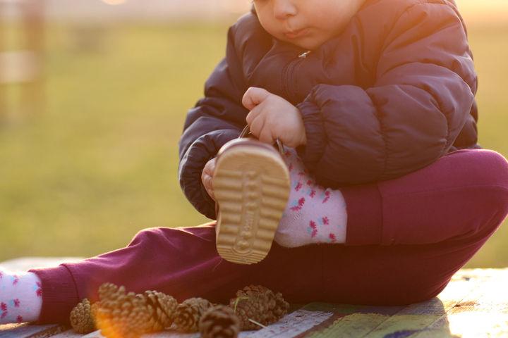 靴を履こうとする子ども