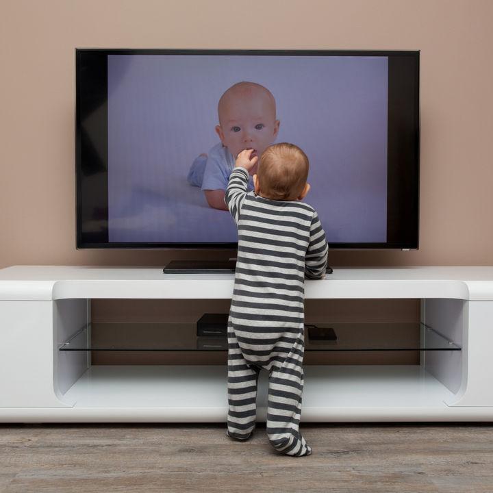 テレビ台に子どもが登るときの対策。環境の工夫と子どもへの伝え方