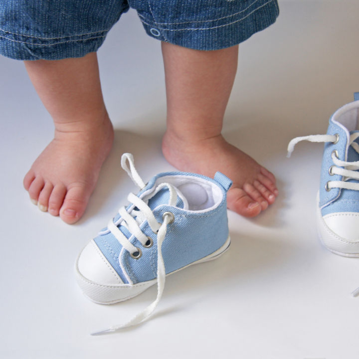 子どもの靴は何を選ぶ?ハイカットの靴の特徴やいつまで履かせるかなど意識したこと