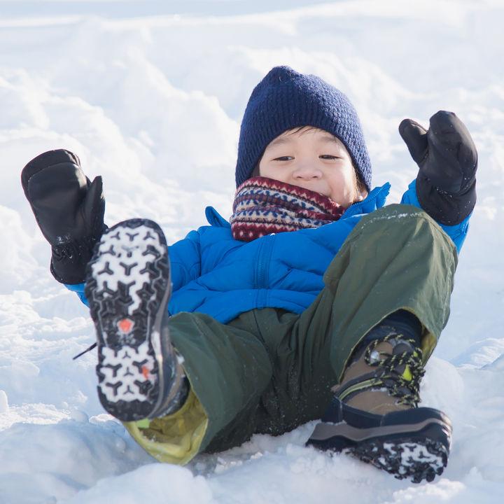 子どもが雪遊びに使うスノーウェア。シーン別の服装や選ぶときのポイント