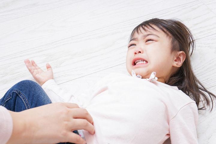 泣きべそで仰向けにに転がる女の子