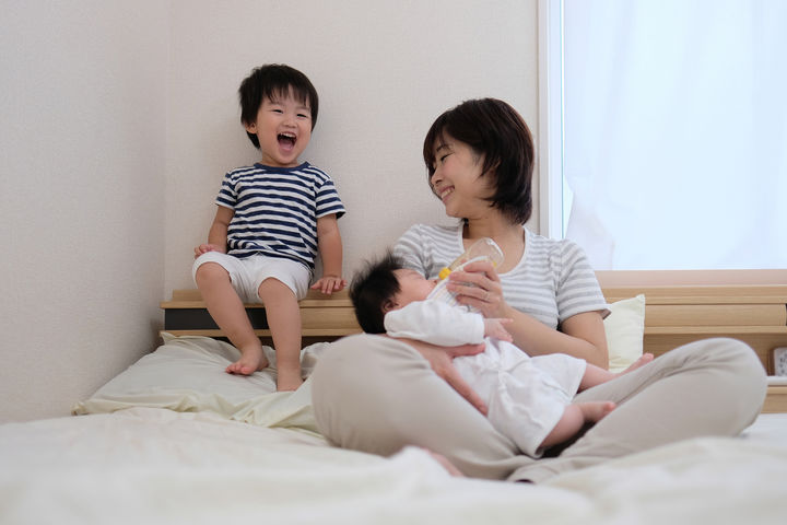 赤ちゃんにミルクを上げるママ 子ども