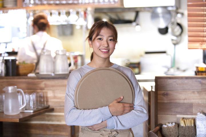 カフェスタッフの女性