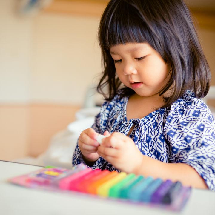 粘土遊びはいつから?幼児向けの粘土の種類や使った道具、年齢別の遊び方
