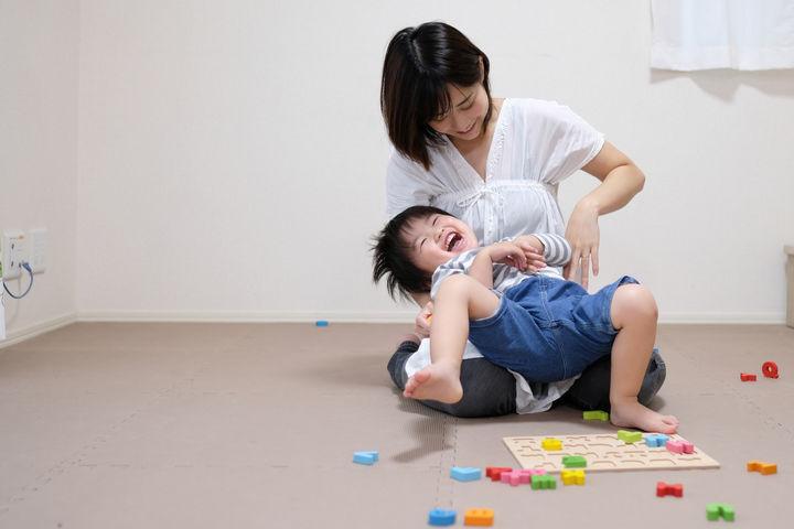 おもちゃで遊ぶ親子