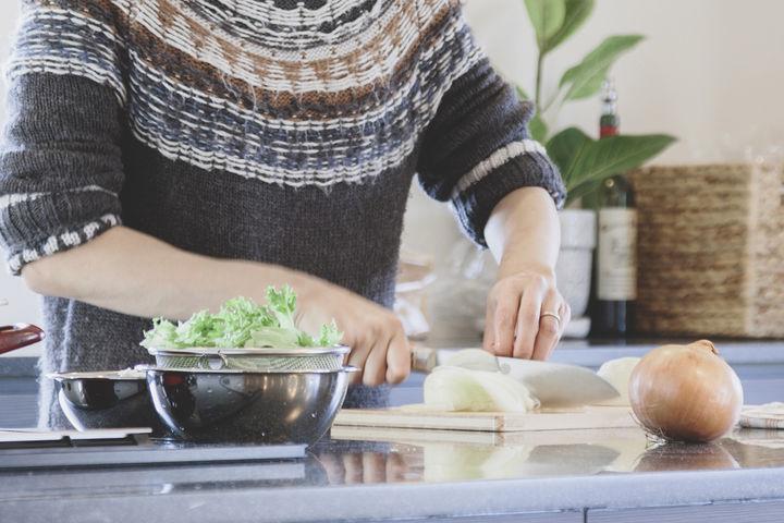 野菜を切る男性