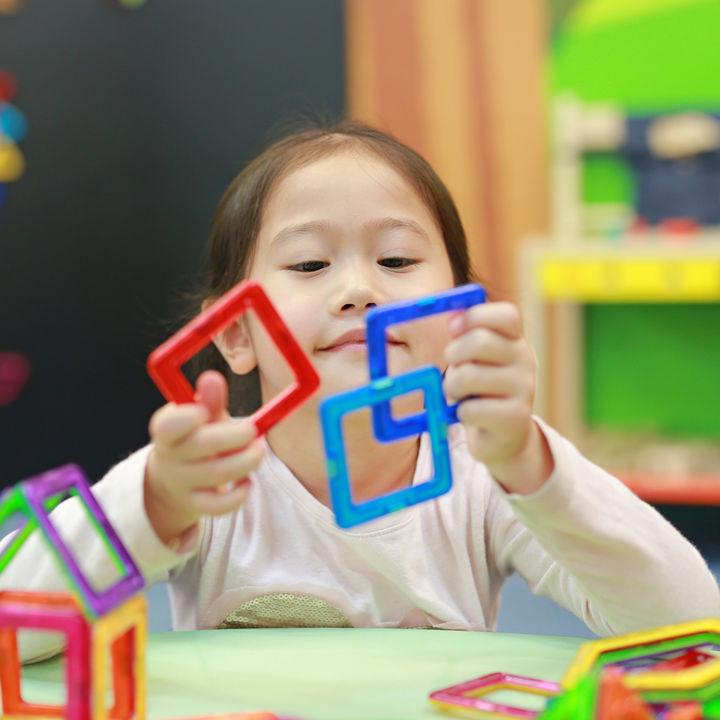 マグネットおもちゃで遊ぼう。図形や立体ブロック、100均グッズで手作りする方法