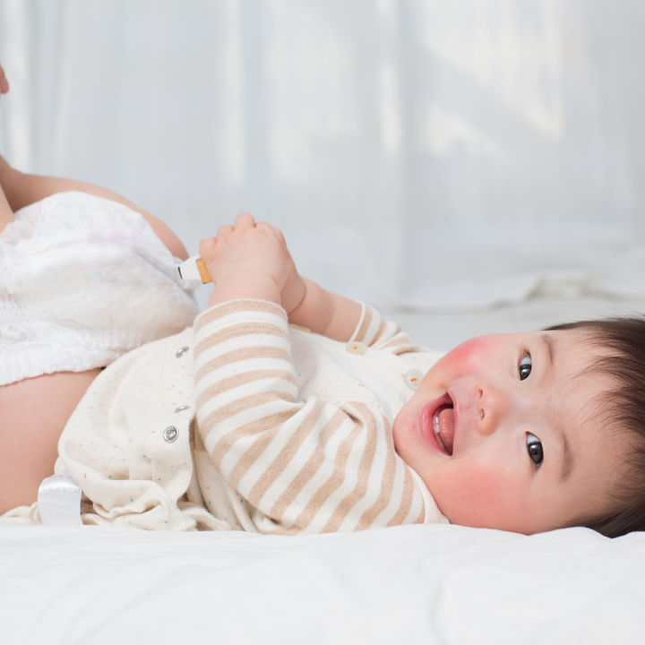 赤ちゃんのオムツの替え方。新生児へのつけ方や男女別オムツ替えのコツ