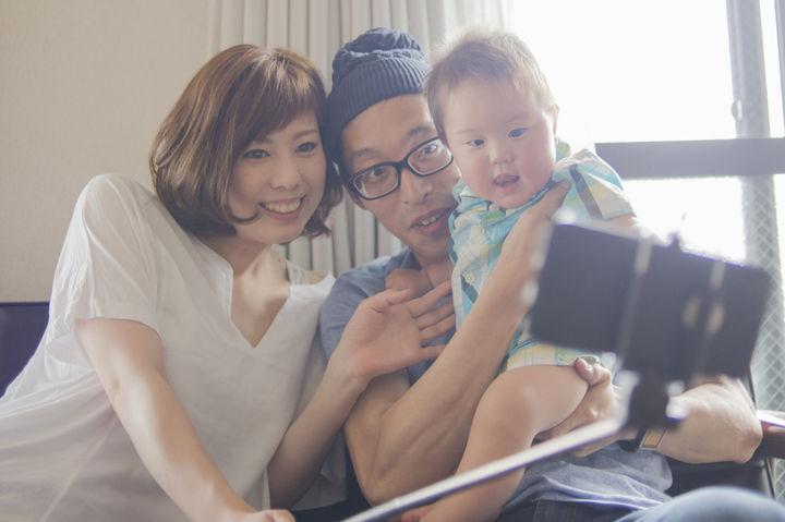自撮りで写真撮影する家族