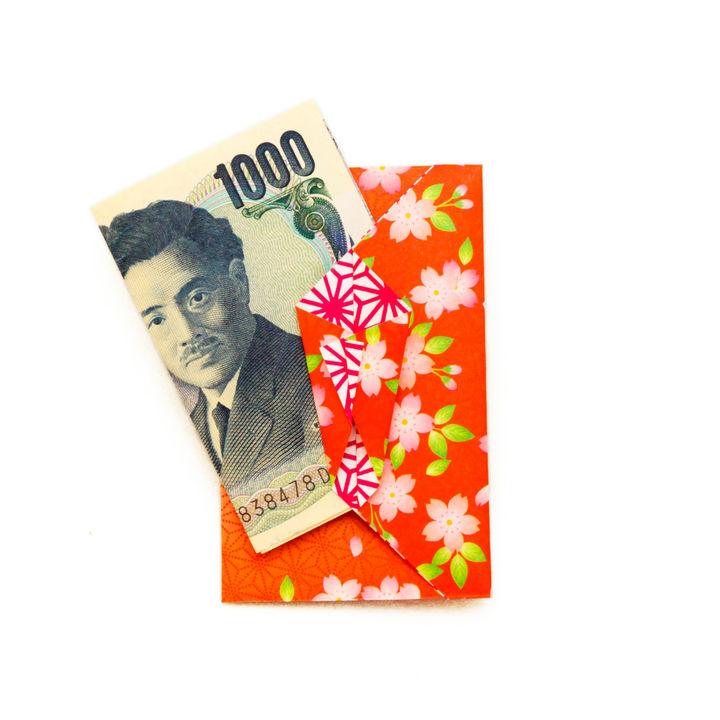 子どもに渡すお年玉。由来やお札の折り方、金額や使い道など