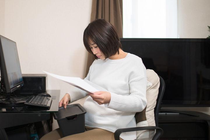 資料を読む妊婦