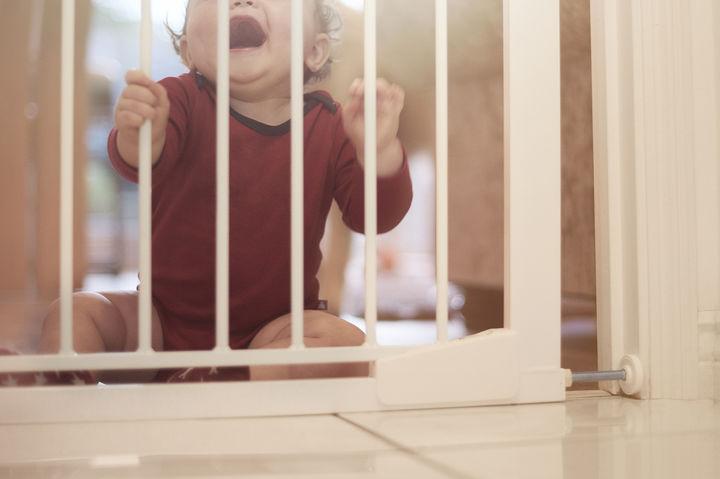 ゲートにつかまる赤ちゃん