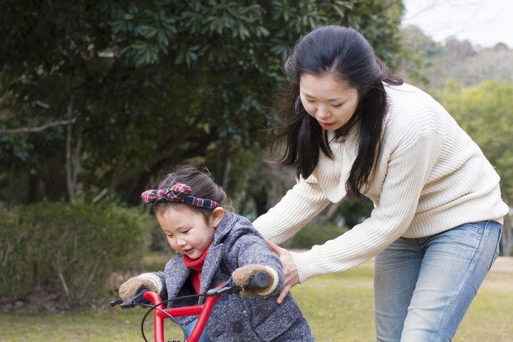 自転車練習をする子ども