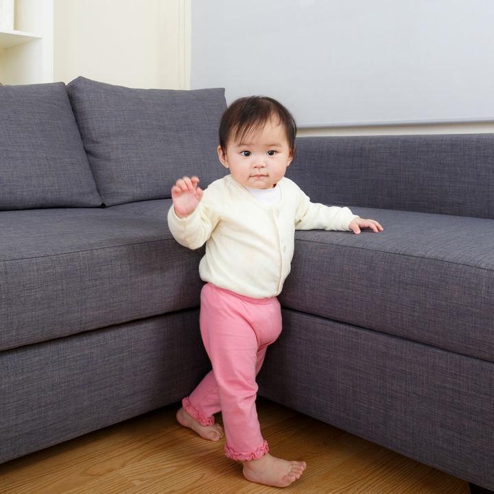 赤ちゃんがハイハイからつかまり立ちした時期。順番や練習方法