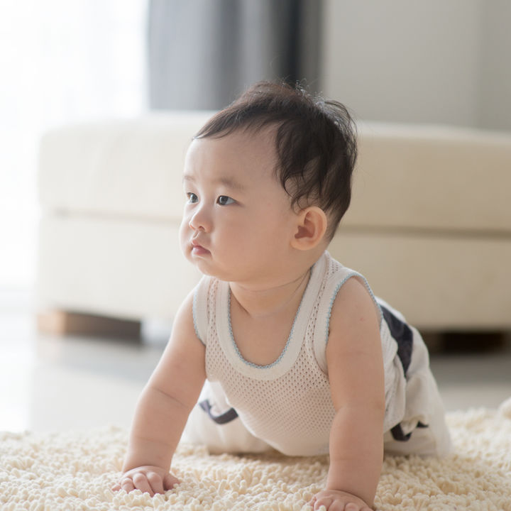 生後6ヶ月頃のハイハイ。赤ちゃんの様子や練習で取り入れたこと