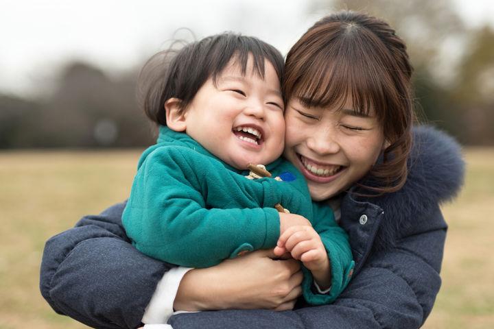 笑い合うママと子ども