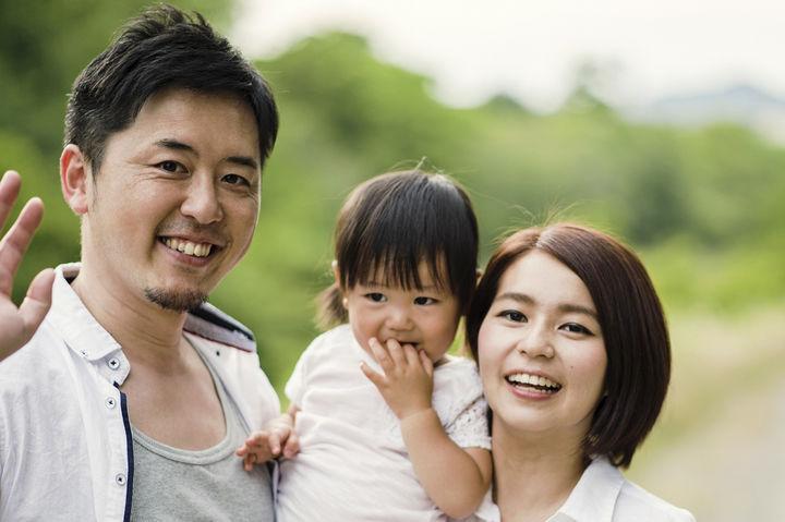笑顔でポーズをとる家族