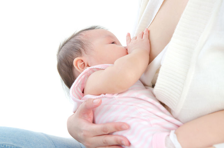 横抱きで授乳するママ