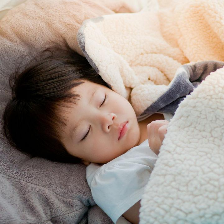 夜のおむつがとれないとき。おねしょをするときの対策や子どもとの関わり方