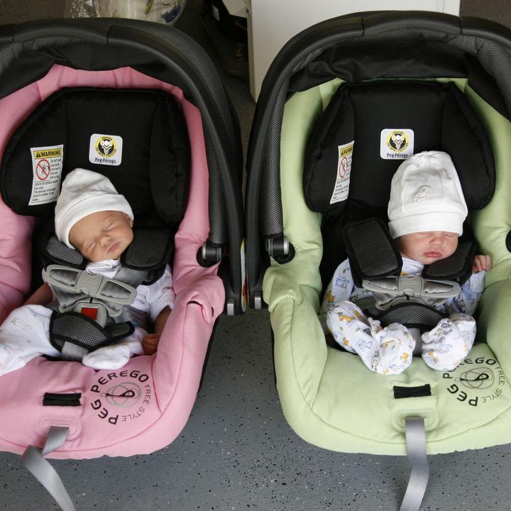 双子のチャイルドシートについて。選ぶときのポイントやつける位置