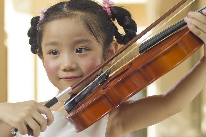 バイオリンを弾く女の子